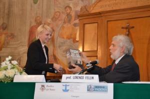 La Vice-Console dell'Ucraina offre al Presidente Fellin un'importante raccolta di documenti sull'Holodomor
